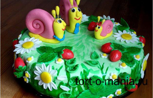 Торт с семьей улиточек на земляничной поляне (мастика)