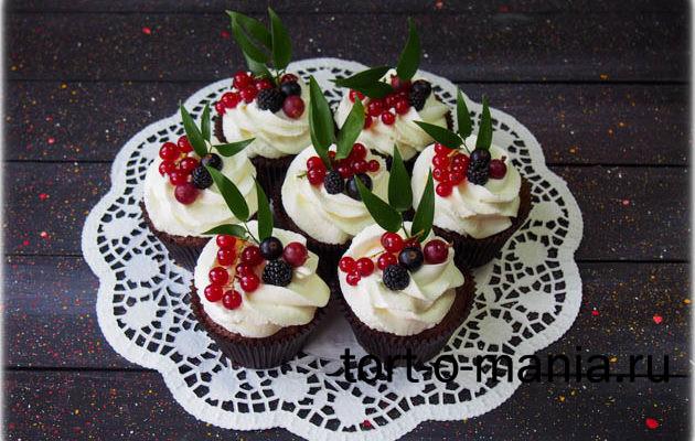 Шоколадные капкейки брауни с ванильным кремчизом и ягодой