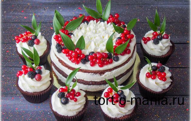 Домашний торт с вишней, белым кремом и шоколадными коржами