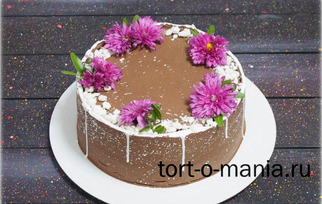 Шоколадный торт с живыми цветами