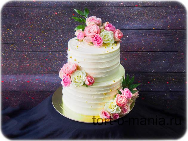 Свадебный кремовый торт живыми цветами