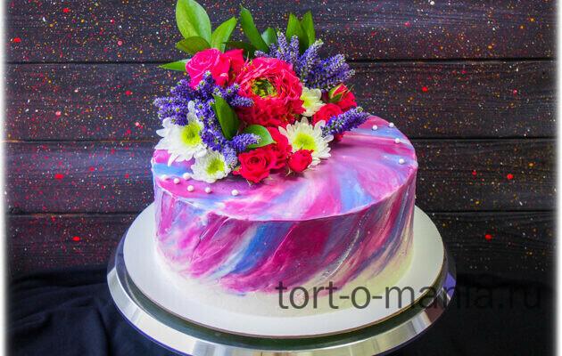 Торт на юбилей дамы с композицией из живых цветов