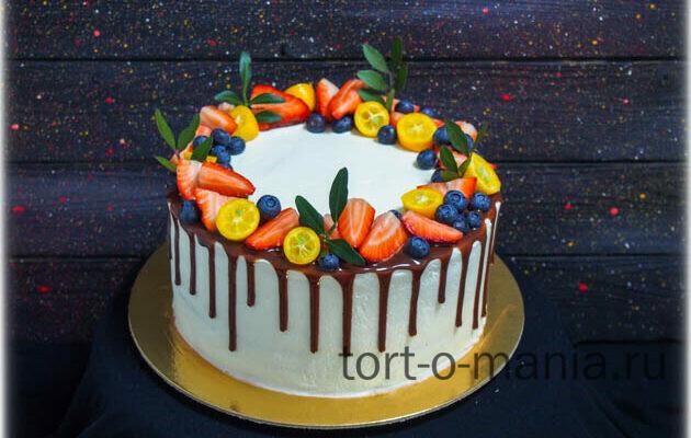 Торт с венком из ягод